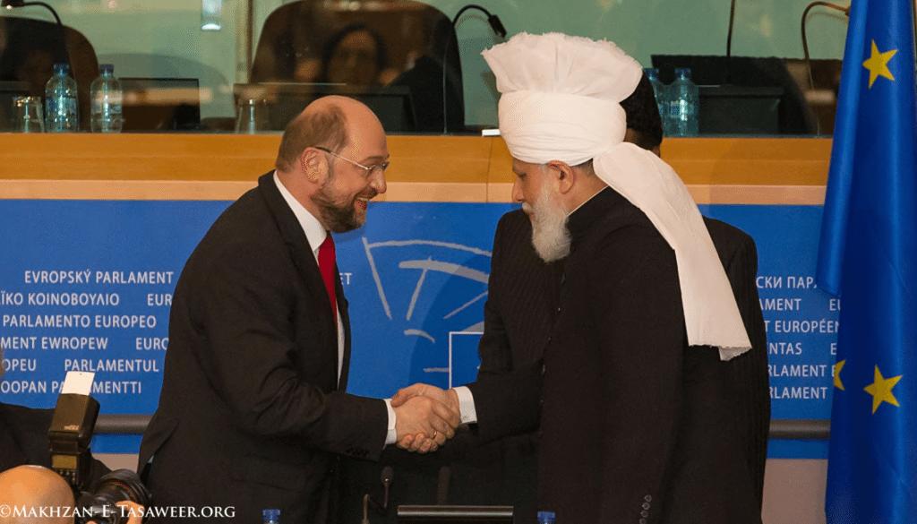 Kalifi-i-Muslimaneve-ahmediane-duke-u-takuar-me-Martin-Schulz-kryetarin-e-parlamentit-europian