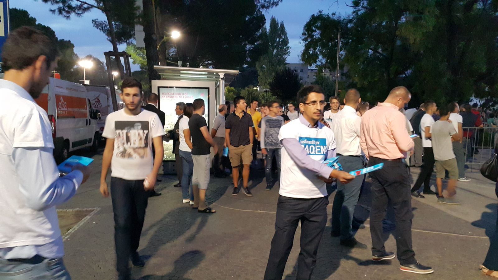 2015-09-08-AL-Tirana-shperndarja-e-fletushkes-per-paqen-006.jpg