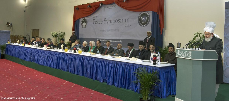 Seine Heiligkeit Mirza Masroor Ahmad bei seiner Ansprache am Peace Symposium 2015