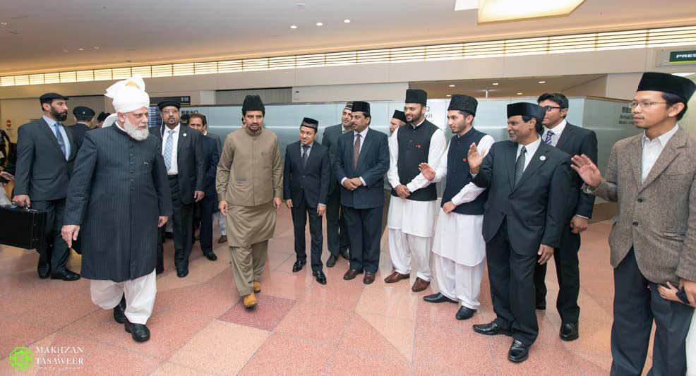 Ankuft in Japan: Seine Heiligkeit Mirza Masroor Ahmad am Flughafen Tokyo Haneda im November 2015
