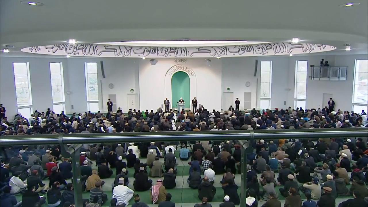Seine Heiligkeit Mirza Masroor Ahmad bei seiner Freitagsansprache im November 2015