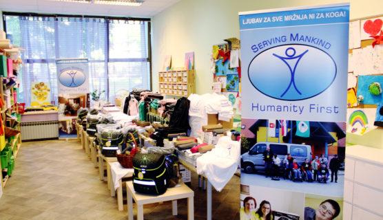 Humanity First i udruge koja skrbi za siromašnu i nezbrinutu djecu, Mali zmaj, organizirana donacija školskog brobora, torbe majice, pernice,
