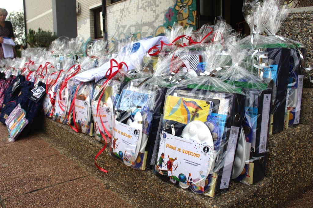 Humanity First donacija za školu u Brezovici2020, školsko pribor, torbe djeca