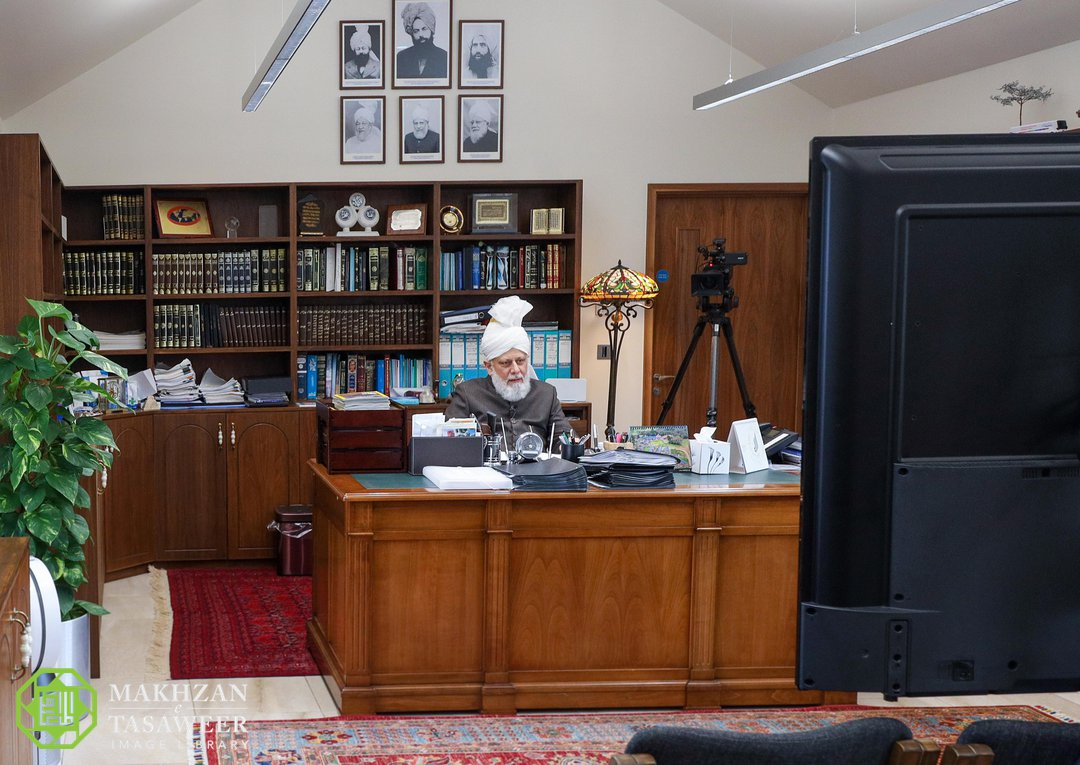 Халифа мусулман айымдар менен онлайн жолугушту